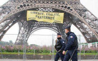 Σε αντίσταση για την υπεράσπιση των αξιών της ελευθερίας, της ισότητας και της αδελφοσύνης καλεί το πανό που ξεδίπλωσαν στον Πύργο του Αϊφελ στο Παρίσι μέλη της Greenpeace.