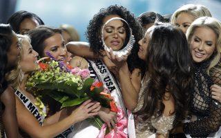 Στέψη. Με τα απαραίτητα δάκρυα και τις αγκαλιές από τις άλλες συμμετέχουσες, ολοκληρώθηκαν τα καλλιστεία για την  Miss USA, με νικήτρια την εικονιζόμενη Kara McCullogh. AP Photo/John Locher