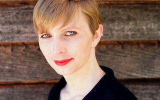 Συστάσεις. Με 35 χρόνια φυλάκισης είχε καταδικαστεί ο στρατιώτης Manning για τις διαρροές απόρρητων στρατιωτικών εγγράφων. Μερικά χρόνια μετά και μετά την μείωση φυλάκισης που του έδωσε ο πρόεδρος Obama, συστήνεται και πάλι, ελεύθερη και όπως ονειρευόταν τον εαυτό της, ως Chelsea Manning, με μια φωτογραφία στα μέσα κοινωνικής δικτύωσης. Chelsea Manning/CC BY-SA/Handout via REUTERS