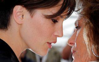 Ωραίες. Λίγες λέξεις από κοντά μοιράζονται οι δυο ηθοποιοί. Η Γαλλίδα Marine Vacth και η Αγγλίδα Jacqueline Bisset συμμετέχουν στην ταινία «L'Amant double» που παίρνει μέρος στο διαγωνιστικό τμήμα του φεστιβάλ των Καννών. Παρόλο που τις χωρίζουν δεκαετίες (η Bisset είναι 72 ετών) μοιράζονται την ίδια γοητεία.  REUTERS/Jean-Paul Pelissier