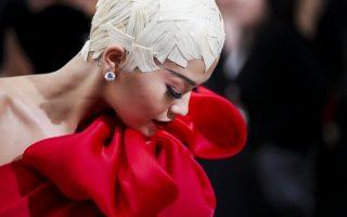 Οι τραγουδίστριες το έκαναν καλύτερα. Είναι και επισήμως η μεγάλη γιορτή της μόδας. Πέρα από τις επιδείξεις και τα κόκκινα χαλιά, την βραδιά του γκαλά στο Metropolitan Museum of Art Costume, οι καλεσμένες διαγωνίζονται να φορέσουν ότι πιο εμπνευσμένο και προχωρημένο. Είναι μια γιορτή της φαντασίας και του ταλέντου που έχει ανάγκη αυτή η βιομηχανία. Στην φωτογραφία η εντυπωσιακή Rita Ora  φορά μια δημιουργία του οίκου Marchesa. EPA/JUSTIN LANE