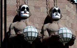 Φόρος τιμής στους Kiss. Τα τέσσερα τεράστια γλυπτά που στολίζουν τον κεντρικό σιδηροδρομικό σταθμό του Ελσίνκι, έβαλαν μάσκες. Κατακόκκινο στόμα, λευκό δέρμα και μάτια αστεριού ή νυχτερίδας, φόρος τιμής αλλά και διαφήμιση για το ιστορικό συγκρότημα των Kiss που θα δώσει  συναυλία στην πόλη. REUTERS/Ints Kalnins