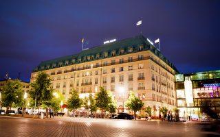 Το ξενοδοχείο «Αντλον» του Βερολίνου βρίσκεται στην Πλατεία των Παρισίων, απέναντι από την Πύλη του Βρανδεμβούργου.