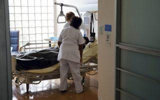Κάθε χρόνο αποχωρούν από το ΕΣΥ περίπου 1.500 άτομα νοσηλευτικό προσωπικό, σύμφωνα με τα στοιχεία της Πανελλήνιας Συνδικαλιστικής Ομοσπονδίας Νοσηλευτικού Προσωπικού.