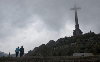 Αποψη του μνημείου στην Κοιλάδα των Πεσόντων, στα περίχωρα της Μαδρίτης, όπου αναπαύεται από το 1975 ο Ισπανός δικτάτορας Φρανθίσκο Φράνκο. Η πλειοψηφία της ισπανικής Βουλής ψήφισε υπέρ της εκταφής των οστών του Φράνκο από το επίμαχο μνημείο, που προκαλεί, δεκαετίες τώρα, τη δημοκρατική παράταξη. Παρά το μεγάλο συμβολικό βάρος της, η απόφαση του Κοινοβουλίου δεν είναι δεσμευτική για τη συντηρητική κυβέρνηση του Μαριάνο Ραχόι.