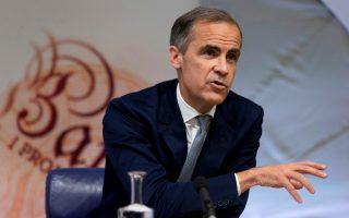 Η στερλίνα διολίσθησε έναντι του ευρώ και του δολαρίου, μετά την προς τα κάτω αναθεώρηση των εκτιμήσεων για ανάπτυξη στη Βρετανία από την Τράπεζα της Αγγλίας, της οποίας ο επικεφαλής Μαρκ Κάρνεϊ δήλωσε ότι θα μείνει αμετάβλητο το βασικό επιτόκιο στο ιστορικό χαμηλό του 0,25%, προειδοποιώντας για πτώση των πραγματικών εισοδημάτων έως τα τέλη του 2017.