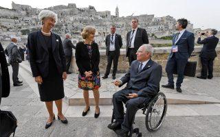 Η επικεφαλής του ΔΝΤ Κριστίν Λαγκάρντ με τον Γερμανό υπουργό Οικονομικών της Γερμανίας Βόλφγκανγκ Σόιμπλε στο περιθώριο της χθεσινής συνόδου του G7 στο Μπάρι της Ιταλίας.