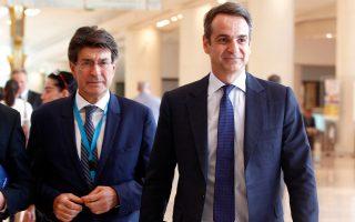 Ο Κυρ. Μητσοτάκης με τον πρόεδρο του ΣΕΒ, Θ. Φέσσα, στο συνέδριο για την ψηφιακή στρατηγική.