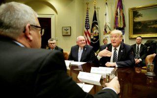 Ο πρόεδρος Τραμπ, στη διάρκεια συνάντησης με εκπροσώπους των αγροτών, στον Λευκό Οίκο.