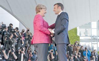 Αγκελα Μέρκελ και Εμανουέλ Μακρόν στην καγκελαρία. Ο νέος Γάλλος πρόεδρος μετέβη χθες, πρώτη ημέρα μετά την ανάληψη των καθηκόντων του, στο Βερολίνο για συζητήσεις σχετικές με την εμβάθυνση της ευρωπαϊκής συνεργασίας. Ο Μακρόν, που όρισε ως πρωθυπουργό τον συντηρητικό Εντουάρ Φιλίπ, δεσμεύθηκε ότι η Γαλλία θα προχωρήσει σε δραστικές μεταρρυθμίσεις και σημείωσε ότι ποτέ δεν είχε ζητήσει ευρωομόλογα. Αυτό που χρειάζεται η Ευρωζώνη είναι «φρέσκο χρήμα, ώστε να ενισχυθούν οι ιδιωτικές και δημόσιες επενδύσεις»,είπε.