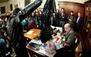 Μέλη φοιτητικής παράταξης αδειάζουν σκουπίδια στο γραφείο αναπληρωτή πρύτανη του Πανεπιστημίου Αθηνών.