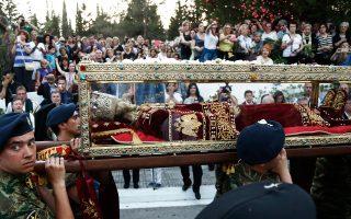 Πλήθος πιστών υποδέχεται το ιερό σκήνωμα της Αγίας Ελένης έξω από την εκκλησία της Αγίας Βαρβάρας στο Αιγάλεω, όπου από χθες εκτίθεται σε προσκύνημα. Είναι η πρώτη φορά που το ιερό λείψανο της Αγίας Ισαποστόλου Ελένης βγαίνει εκτός Βενετίας, για να μεταφερθεί στην Ελλάδα. Στη χώρα μας έγινε δεκτό με τιμές αρχηγού κράτους.