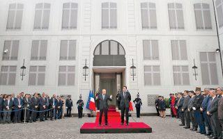 Ο νέος υπουργός Εσωτερικών Ζεράρ Κολόν με τον προκάτοχό του Ματιά Φεκλ, κατά την τελετή της παράδοσης.