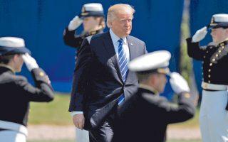 Στη φωτογραφία, ο πρόεδρος Τραμπ προσέρχεται σε τελετή αποφοίτησης αξιωματικών της Ακτοφυλακής.