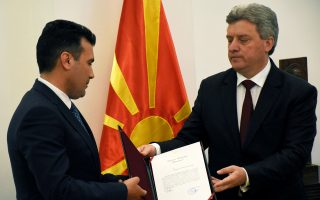 Εντολή σχηματισμού κυβέρνησης έδωσε χθες στον ηγέτη της κεντροαριστερής αντιπολίτευσης στην ΠΓΔΜ, Ζόραν Ζάεφ (αριστερά), ο πρόεδρος της χώρας, Γκιόργκε Ιβάνοφ, σε μια αρχική προσπάθεια για τερματισμό του διετούς πολιτικού αδιεξόδου. Αιτιολογώντας τη στροφή 180 μοιρών, ο Ιβάνοφ, ο οποίος αρνιόταν να χρίσει εντολοδόχο πρωθυπουργό τον Ζάεφ, είπε ότι «ήρθησαν τα εμπόδια». Το επιχείρημά του μέχρι πρότινος ήταν πως η ατζέντα του ηγέτη της αντιπολίτευσης για ενίσχυση της θέσης της αλβανικής μειονότητας υπονομεύει την εθνική κυριαρχία της ΠΓΔΜ.