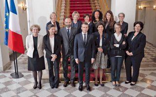 Ο πρόεδρος Μακρόν, ο πρωθυπουργός Φιλίπ και οι υπουργοί της νέας κυβέρνησης πριν από την έναρξη του πρώτου υπουργικού συμβουλίου στο Μέγαρο των Ηλυσίων χθες.