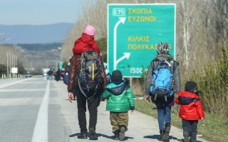 Τα συνολικά «κόμιστρα» δίνονταν από τους μετανάστες σε τρεις δόσεις: 600 ευρώ μπροστά ως εγγύηση, 130 ευρώ με την αποβίβαση στους Ευζώνους, 500 ευρώ μετά τη διάσχιση της ΠΓΔΜ και τα υπόλοιπα κατά την άφιξη στη Σερβία.