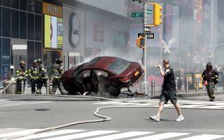 Το όχημα του δράστη κατέληξε στο προστατευτικό κράσπεδο της πλατείας.