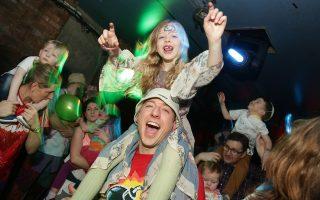 Οι Big Fish Little Fish και DJ Food παρουσιάζουν ένα ρέιβ πάρτι για όλη την οικογένεια.