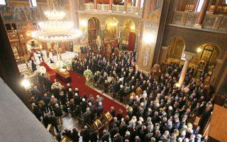 Σε κλίμα βαθιάς συγκίνησης τελέστηκε χθες το πρωί η εξόδιος ακολουθία του Αριστείδη Αλαφούζου, στον Ιερό Ναό του Αγίου Διονυσίου Αρεοπαγίτου, χοροστατούντος του Αρχιεπισκόπου κ. Ιερωνύμου. Η οικογένειά του, οι στενοί φίλοι και συνεργάτες, οι εργαζόμενοι στην «Καθημερινή», στον ΣΚΑΪ και στη ναυτιλιακή εταιρεία του, οι συντοπίτες του από τη Σαντορίνη, έσπευσαν να πουν το ύστατο χαίρε σε έναν άνθρωπο που διακρίθηκε για το ήθος και τις αξίες του. Η πολιτειακή και πολιτική ηγεσία του τόπου, ο επιχειρηματικός και ναυτιλιακός κόσμος έδωσαν το «παρών». Η ταφή του θα γίνει σήμερα στην αγαπημένη του Οία.