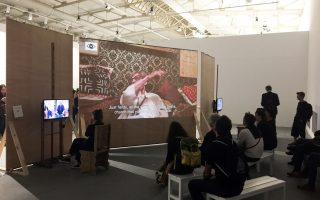 Η πίσω όψη της εγκατάστασης πολυμέσων του κ. Πλέσσα «Πρωτόκολλο Πειραματικής Εκπαίδευσης», όπου προβάλλεται το βίντεο της συνέντευξης με την 92χρονη Μαρία Ζαμάνου, Μίκελσον.