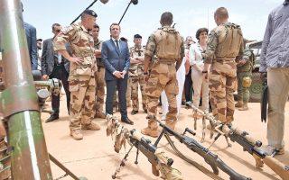 Στο πρώτο ταξίδι του εκτός Ευρώπης μετά την ορκωμοσία, ο Γάλλος πρόεδρος Εμανουέλ Μακρόν επισκέφθηκε χθες τα γαλλικά στρατεύματα που συμμετέχουν στην αντιτρομοκρατική επιχείρηση στην αφρικανική περιοχή Σαχέλ, στα βόρεια του Μάλι. Το γαλλικό εκστρατευτικό σώμα, που βρίσκεται εκεί ήδη τέσσερα χρόνια, πραγματοποιεί επιχειρήσεις εναντίον ισλαμιστών ανταρτών, προσκείμενων στην Αλ Κάιντα. Στόχος του ήταν να υπογραμμίσει την ανάγκη μεγαλύτερης εμπλοκής ευρωπαϊκών χωρών –ιδιαίτερα της Γερμανίας– στην καταπολέμηση της τρομοκρατίας στην Αφρική.