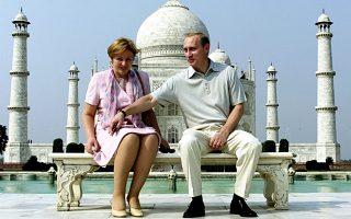 Ο Ρώσος πρόεδρος Πούτιν και η –πρώην πλέον– σύζυγός του, Λιουντμίλα, στο Ταζ Μαχάλ, στην Ινδία το 2000.