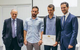 Από αριστερά: Ο κ. Γεώργιος Κίκιζας, πρόεδρος Δ.Σ. της «Μέλισσα Κίκιζας», ο κ. Φώτης Καλτσάς, υποτροφία 2016, ο κ. Κωνσταντίνος Σιάπας, υποτροφία 2017 και ο κ. Αλέξανδρος Κίκιζας, διευθύνων σύμβουλος της «Μέλισσα Κίκιζας».