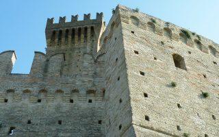 Στα κτίρια που η ιταλική κυβέρνηση δίνει προς αξιοποίηση περιλαμβάνονται το Καστέλο ντι Μοντεφιόρε (φωτ.) του 13ου αιώνα στην περιφέρεια Μάρκε, το Καστέλο ντι Μπλέρα στην περιφέρεια του Λάτιο και ένα παλαιό σχολικό κτίριο στην Απουλία.