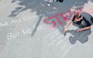 «Σήμερα πενθούμε αλλά είμαστε ΔΥΝΑΤΟΙ», γράφει πλακόστρωτο στο Μάντσεστερ, μία ημέρα μετά την επίθεση σε κατάμεστο συναυλιακό χώρο στην πόλη. Χθες το απόγευμα, πλήθος συγκεντρώθηκε σε κεντρική πλατεία εκφράζοντας την αλληλεγγύη του προς τα θύματα.