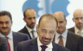 Ο υπουργός Πετρελαίου της Σαουδικής Αραβίας, Χαλίντ αλ Φατίχ, προσέρχεται μαζί με συνεργάτες του στο κτίριο όπου διεξάγεται αυτές τις μέρες στη Βιέννη η κρίσιμη σύνοδος κορυφής του ΟΠΕΚ.