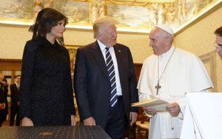 Αναυδη έμεινε η Πρώτη Κυρία, Μελάνια Τραμπ, από το καλαμπούρι του Πάπα Φραγκίσκου, ο οποίος τη ρώτησε: «Μα τι ταΐζετε τον σύζυγό σας, ποτίτσα;», αναφερόμενος στο δημοφιλές και ιδιαίτερα παχυντικό σλοβενικό γλύκισμα. Την ίδια ώρα, εντύπωση προκάλεσε η απόφαση της κ. Τραμπ να φορέσει κάλυμμα κεφαλής στο Βατικανό.