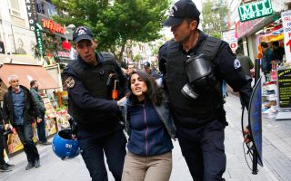 Σύλληψη διαδηλώτριας στην Αγκυρα, στη διάρκεια εκδήλωσης για τη στήριξη πανεπιστημιακών απεργών πείνας.