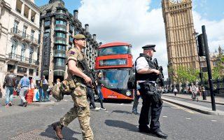 Στρατιώτης και αστυνομικός περιπολούν από κοινού με φόντο το Μπιγκ Μπεν, στην πρώτη προεκλογική εκστρατεία στην ιστορία της Βρετανίας που διεξάγεται με τον στρατό στους δρόμους. Χθες, οι Αρχές της Λιβύης συνέλαβαν τον αδελφό και τον πατέρα του 22χρονου καμικάζι του Μάντσεστερ, Σαλμάν Αμπεντί, ενώ στη Βρετανία οι Αρχές θεωρούν δεδομένο ότι έχουν να κάνουν με τρομοκρατικό δίκτυο και όχι με μεμονωμένο βομβιστή. Επίσης, ιδιαίτερη ανησυχία προκαλεί η τεχνογνωσία που χρησιμοποιήθηκε για την κατασκευή της βόμβας.