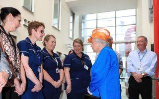 Η βασίλισσα Ελισάβετ, χθες, με τραυματίες από την επίθεση, στο νοσοκομείο παίδων του Μάντσεστερ.