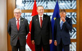 Ο Τούρκος πρόεδρος Ταγίπ Ερντογάν στο πλευρό του επικεφαλής του Ευρωπαϊκού Συμβουλίου, Ντόναλντ Τουσκ, στις Βρυξέλλες.