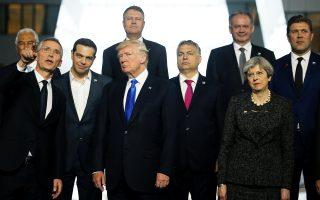 Από αριστερά: Γ. Στόλτενμπεργκ, Αλ. Τσίπρας, Ντόναλντ Τραμπ, Β. Ορμπαν και Τερέζα Μέι, στην οικογενειακή φωτογραφία από τη χθεσινή σύνοδο του ΝΑΤΟ στις Βρυξέλλες.