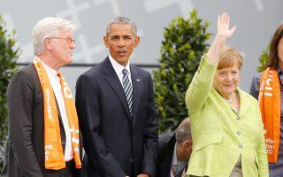 Η Αγκελα Μέρκελ, ο Μπαράκ Ομπάμα και ο πρόεδρος της Ευαγγελικής Εκκλησίας, Χάινριχ Μπέντφορντ-Στρομ, στην Πύλη του Βραδεμβούργου.