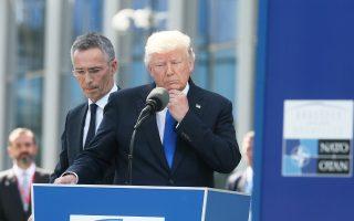 Ο γ.γ. του ΝΑΤΟ Γενς Στόλτενμπεργκ και ο Αμερικανός πρόεδρος Ντόναλντ Τραμπ κατά τη συνέντευξη Τύπου στις Βρυξέλλες.