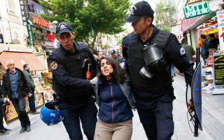 Σύλληψη, τη Δευτέρα, στην Αγκυρα διαδηλώτριας που διαμαρτύρεται υπέρ των φυλακισμένων εκπαιδευτικών.
