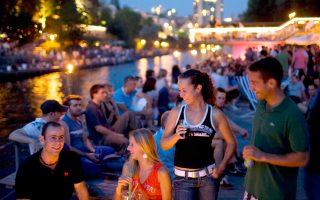 Το υπερβολικά υψηλό κόστος διασκέδασης και κατανάλωσης που διαθέτει η Ζυρίχη οφείλεται στο ισχυρό νόμισμά της, με τις τιμές να είναι πάρα πολύ ακριβές σε σύγκριση με τις υπόλοιπες ευρωπαϊκές πόλεις.