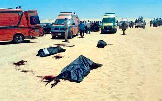Σοροί θυμάτων της χθεσινής επίθεσης σε λεωφορείο Χριστιανών Κοπτών προσκυνητών κείτονται στην άκρη του δρόμου 200 χλμ. νότια του Καΐρου. Η επίθεση προκάλεσε τον θάνατο 28 ανθρώπων, μεταξύ των οποίων πολλά παιδιά και τον τραυματισμό 26, με τις Αρχές να εκτιμούν ότι πίσω από την επίθεση κρύβεται το Ισλαμικό Κράτος. Σελ. 9