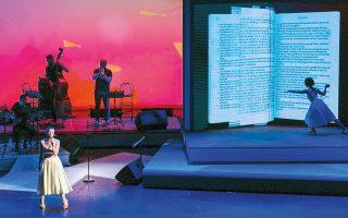 H Mαρίζα Ρίζου στη σκηνή των βραβείων βιβλίου Public, που ήταν εμπνευσμένη από –τι άλλο;– τον χώρο του βιβλίου και της ανάγνωσης.