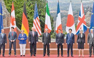 Οι ηγέτες του G7 στο αρχαίο θέατρο της Ταορμίνα. Η εγγύτητα των Τραμπ και Μέρκελ είναι παραπλανητική. Στην πραγματικότητα, ο Αμερικανός πρόεδρος έφθασε στην Ευρώπη αποφασισμένος να μειώσει τις εισαγωγές γερμανικών προϊόντων στη χώρα του, όπως συνοψίστηκε από τη φράση «οι Γερμανοί είναι πολύ, πολύ κακοί», την οποία εκστόμισε στις Βρυξέλλες. Στο μεταξύ, πίσω στις ΗΠΑ ο γαμπρός του, Τζάρεντ Κούσνερ, βρίσκεται στο επίκεντρο έρευνας για ενδεχόμενες σχέσεις της προεκλογικής εκστρατείας Τραμπ με τη Ρωσία.