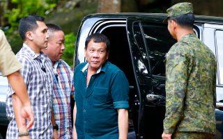 Ο πρόεδρος Ντουτέρτε (στο κέντρο) φθάνει κοντά στην περιοχή των στρατιωτικών επιχειρήσεων.