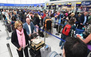 Συνεχίζονταν και χθες –σε περιορισμένη κλίμακα, όπως εδώ στο Χίθροου– τα προβλήματα που προκάλεσε η βλάβη των ηλεκτρονικών συστημάτων της εταιρείας British Airways. Το Σάββατο, η διακοπή λειτουργίας των συστημάτων οδήγησε στην ακύρωση του συνόλου των πτήσεών της από και προς τα αεροδρόμια Χίθροου και Γκάτγουικ του Λονδίνου, υποχρεώνοντας χιλιάδες επιβάτες να αναζητήσουν κατάλυμα σε ξενοδοχεία και καταφέροντας ισχυρό πλήγμα στο κύρος του πάλαι ποτέ κραταιού βρετανικού αερομεταφορέα.