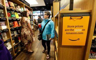 Για τους μικρότερους ανταγωνιστές, η επέκταση της εταιρείας και στα φυσικά καταστήματα δημιουργεί στον κλάδο σχετική πίεση. Η Amazon ξεκίνησε να πουλάει βιβλία πριν από περίπου είκοσι χρόνια και θεωρείται από τις μεγαλύτερες εταιρείες λιανικών πωλήσεων στο Διαδίκτυο.