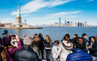 Το κίνητρο για τους πωλητές είναι μεγάλο, αλλά οι τουρίστες δυσανασχετούν.