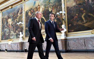 Ο Ρώσος πρόεδρος Πούτιν και ο Γάλλος ομόλογός του Μακρόν διασχίζουν την επιβλητική Αίθουσα των Μαχών στις Βερσαλλίες, λίγο πριν από την κοινή συνέντευξη Τύπου που παραχώρησαν. Ο Γάλλος πρόεδρος κατηγόρησε ρωσικά ΜΜΕ για προπαγάνδα και απόπειρα ανάμειξης στη γαλλική προεκλογική εκστρατεία, κατηγορίες τις οποίες απέρριψε κατηγορηματικά ο Βλαντιμίρ Πούτιν.