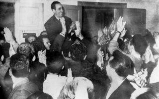 Ο συνεργαζόμενος με την Ενιαία Δημοκρατική Αριστερά (ΕΔΑ), βουλευτής Γρηγόρης Λαμπράκης, δέχεται δολοφονική επίθεση από παρακρατικούς στη Θεσσαλονίκη, το 1963. Πέντε μέρες αργότερα θα υποκύψει στα τραυματά του. (Φώτο: kathimerini.gr)